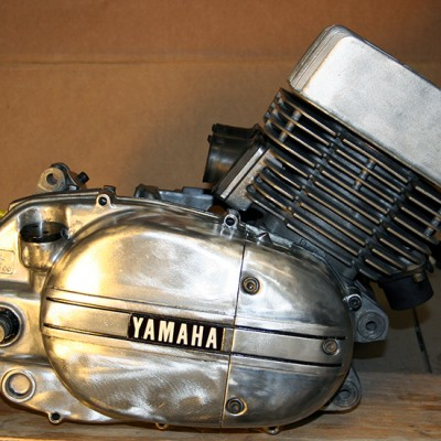 The engine is now complete. I left the original Yamaha plate as well as the original black paint in the grooves creating a pin stripe look.